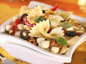 Sałatka z mozzarellą i kurkami