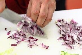 Sałatka z paluszkami krabowymi – krok 3