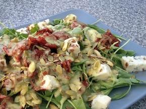 Sałatka z rukolą, suszonymi pomidorami i gorgonzolą