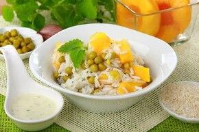 Sałatka z ryżem, brzoskwiniami i groszkiem