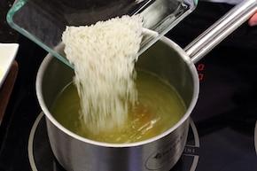 Sałatka z ryżem i tuńczykiem – krok 1