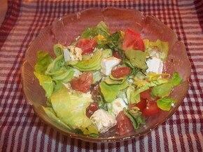 Sałatka z serem feta i pomidorami