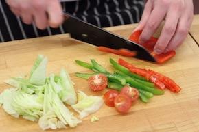 Sałatka z soczystym, grillowanym kurczakiem  – krok 3