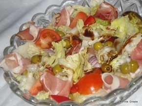 Sałatka z szynką parmeńską i oliwkami