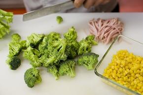Sałatka z tortellini z brokułami i szynką – krok 2