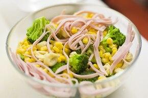 Sałatka z tortellini z brokułami i szynką – krok 4