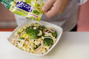 Sałatka z tortellini z brokułami i szynką – krok 5