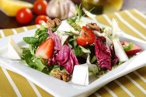 Sałatka z truskawkami, serem i orzechami