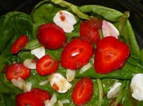 Sałatka ze szpinakiem, mozarellą i truskawkami