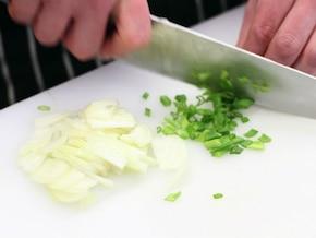 Sałatka ziemniaczana z kaparami i koperkiem - VIDEO – krok 3