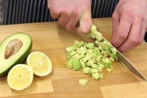 Sałatka warzywna z awokado i sosem musztardowym – krok 2