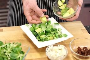 Sałatka z awokado, pistacji i sera pleśniowego – krok 4