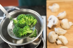 Sałatka z grillowanymi pieczarkami i brokułami – krok 1