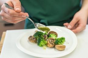 Sałatka z grillowanymi pieczarkami i brokułami – krok 4
