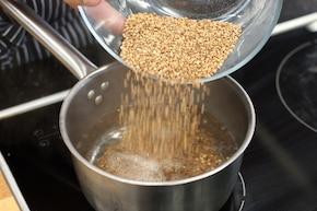 Sałatka z kaszy gryczanej z burakami i kozim serem – krok 1