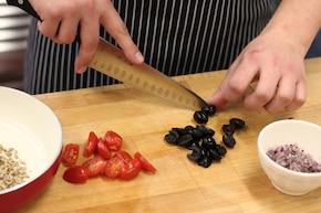 Sałatka z zielonej fasolki szparagowej z pomidorkami koktajlowymi i oliwkami, chleb staropolski – krok 2