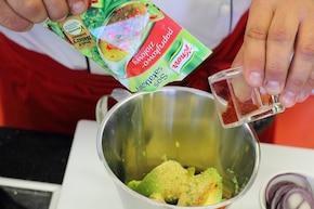 Sandwich z bekonem, sałatą i pomidorem – krok 1