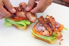 Sandwich z bekonem, sałatą i pomidorem – krok 4