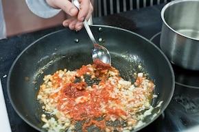 Krewetki z sosem pomidorowym i fetą – krok 1