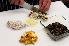 Smażone polędwiczki z sosem grzybowym - VIDEO – krok 1