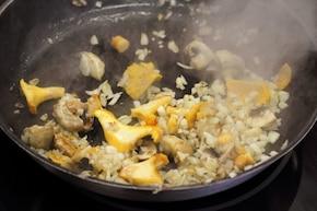 Smażone polędwiczki z sosem grzybowym - VIDEO – krok 3
