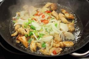 Smażony makaron chow mein z kurczakiem - VIDEO – krok 3
