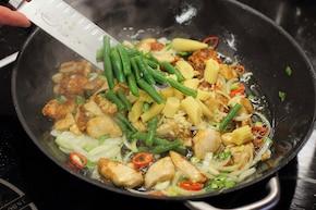 Smażony makaron chow mein z kurczakiem - VIDEO – krok 4