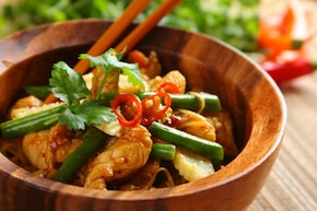 Smażony makaron chow mein z kurczakiem - VIDEO