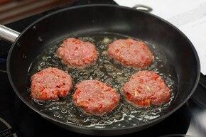 Kotleciki w sosie śmietanowo-pomidorowym – krok 3