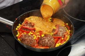 Kotleciki w sosie śmietanowo-pomidorowym – krok 5