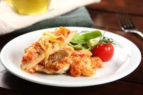 Soczysty kurczak z patelni z pomidorową salsą