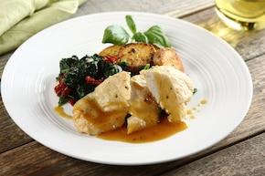 Soczysty kurczak z patelni z sosem