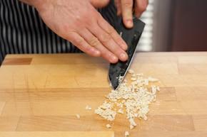 Sos do pieczeni z czosnkiem i pietruszką- VIDEO – krok 1