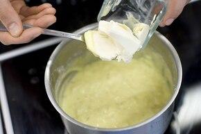 Sos serowy z serka topionego – krok 3