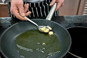 Spaghetti z anchois i kaparami  – krok 2
