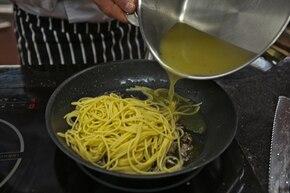 Spaghetti z anchois i kaparami  – krok 6