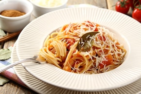 Spaghetti z liśćmi laurowymi i cynamonem