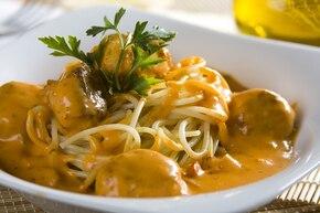 Spaghetti z pulpecikami w sosie śmietanowo-pomidorowym