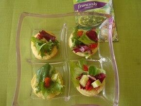 Spodeczki z ciasta francuskiego z kolorową sałatą