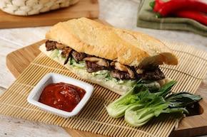Steak sandwich z sałatką coleslaw z kapusty bok choy