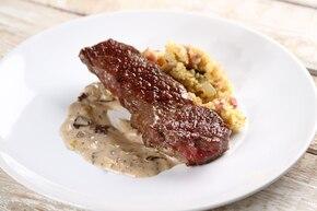Steak z rostbefu z kaszą jaglaną i sosem grzybowym