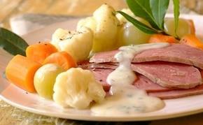 Steki z szynki z warzywami i białym sosem