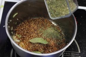 Stroganoff z kaszą gryczaną i majerankiem – krok 5