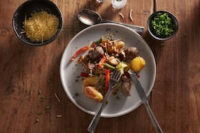 Strogonow z kiełbasy i pieczonych ziemniaków