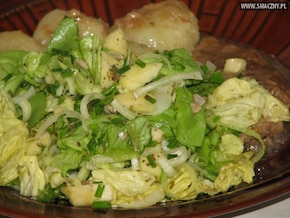 Surówka obiadowa z zielonej sałaty, jabłka i słonecznika