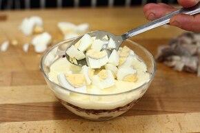 Świąteczna sałatka warstwowa z jajkiem, buraczkami i śledziem – krok 5