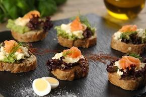 Świąteczne mini kanapki z pastą jajeczną z chrzanem