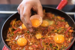 Szakszuka - bliskowschodnie jajka w sosie pomidorowym – krok 4