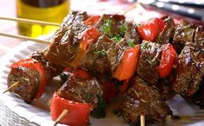 Szaszłyki wołowe z papryką i rozmarynem