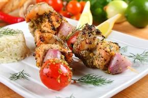 Szaszłyki z tuńczyka, łososia i krewetki